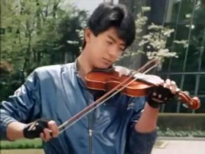 Ryusei plays the violin
