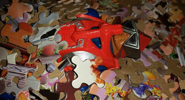 Mekaneck under puzzle pieces